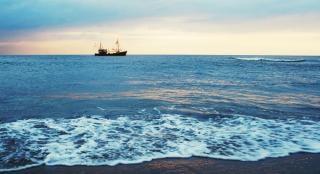 Puesta de sol del océano con el barco