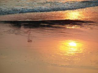 puesta de sol reflexión en la arena
