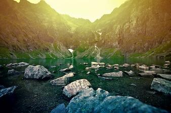 Puesta de sol sobre el lago en las montañas.