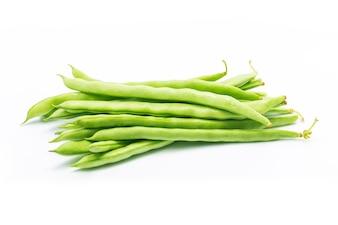 Puñado de frijoles verdes aislado en recorte de fondo blanco