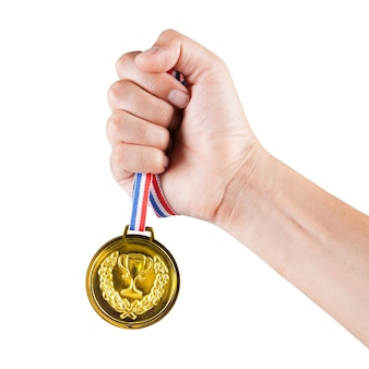 Puñado de hombre asiático sosteniendo la medalla de oro aislado sobre fondo blanco.