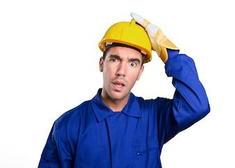 Puzzled trabajador en el fondo blanco