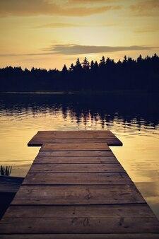 """""""Embarcadero de madera en la orilla del lago"""""""