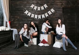 """""""Hermosas niñas sentadas en cajas posando"""""""