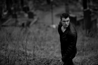 """""""Hombre de pie en el cementerio mirando a otro lado"""""""