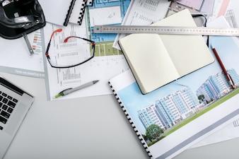 Ingeniero fotos y vectores gratis for Trabajo de arquitecto