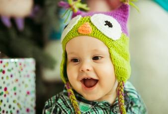 """""""Muchacho niño llevaba sombrero sonriendo"""""""