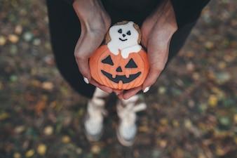 """Persona con pan de jengibre de Halloween"""
