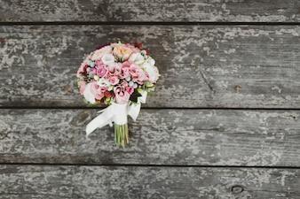 Ramo de flores sobre unas tablas de madera