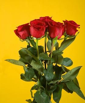 Ramo de rosas escarlata