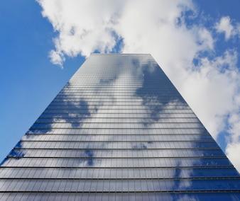 Rascacielos con el reflejo de nubes