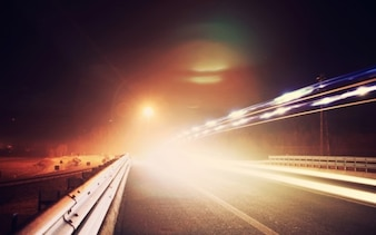 Rastros de luz en la carretera