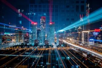 Rastros de luz sobre los edificios