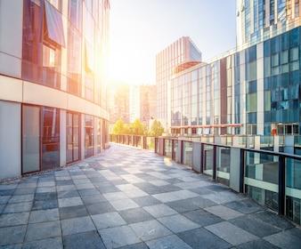 Rayos de sol a través de los edificios