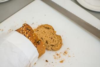 Rebanada de pan fresco y cortar cuchillo en la mesa de buffet.