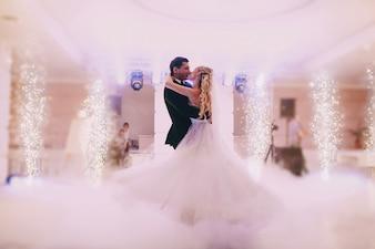 Recién casados bailando juntos