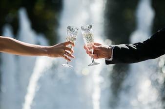 Recién casados brindando