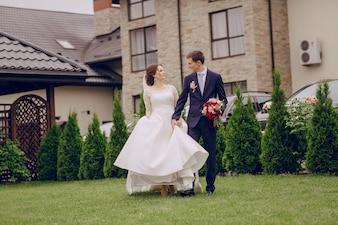 Recién casados caminando en el jardín