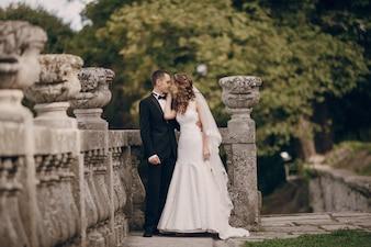 Recién casados en un momento romántico