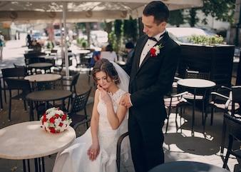 Recién casados felices descansando