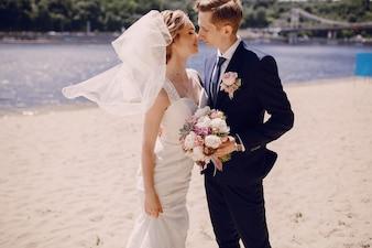 Recién casados mirándose el uno al otro