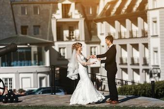 Recién casados sonrientes disfrutando de un día soleado