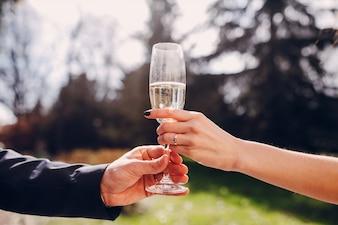Recién casados sujetando una copa de champán