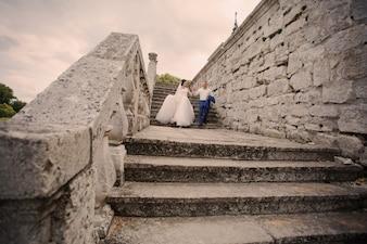 Recién casados bajando unas escaleras