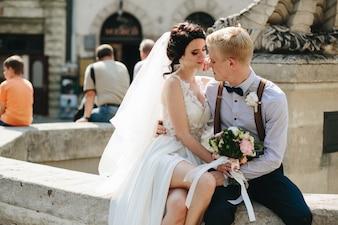 Recién casados en una fuente