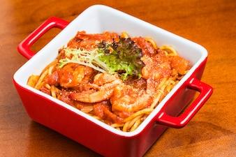 Recipiente rojo con sabrosos espaguetis