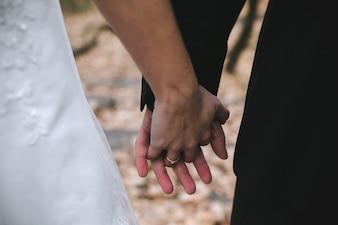 Recorte recién casados de la mano
