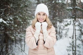 Recreación alegre disfrutando de la nieve que sostiene