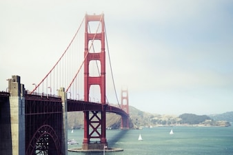 Puente de acero de color rojo
