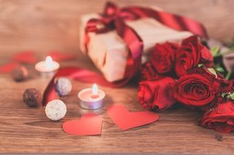 Regalo con velas encendidas y unas rosas