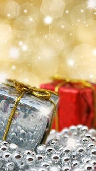Regalos de navidad sobre fondo de oro brillante