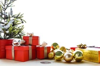 Regalos rojos y bolas amarillas de navidad