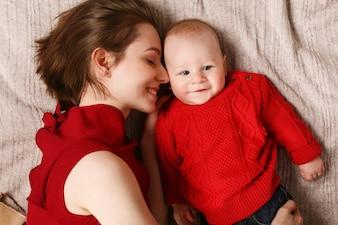 Relajarse vestido rojo emoción calva