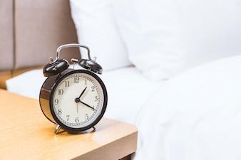 Reloj despertador en el dormitorio