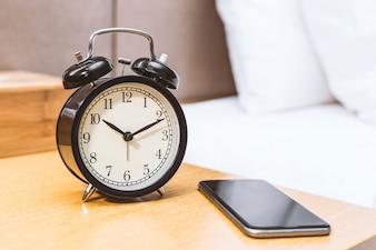 Reloj despertador y móvil