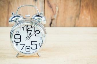 Reloj sobre fondo de madera