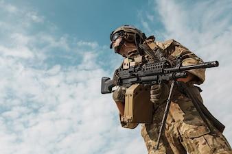Retrato de ángulo bajo de US Army Ranger