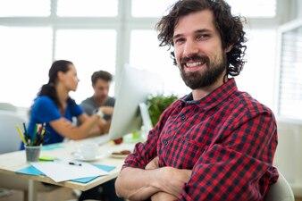 Retrato de diseñador gráfico de sexo masculino con los brazos cruzados