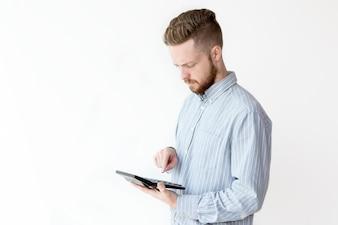 Retrato de gerente grave con la calculadora