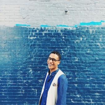 Retrato de hombre con fondo azul