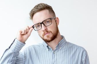 Retrato de hombre de negocios serio llevaba gafas