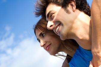 Retrato de joven pareja mirando el horizonte