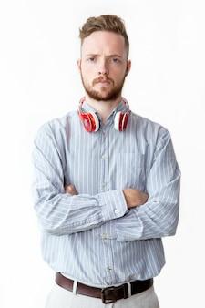 Retrato de joven serio llevaba auriculares