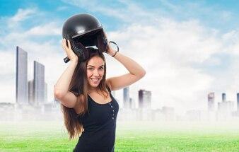 Retrato de mujer con el casco en la cabeza.