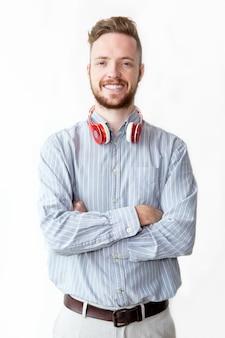 Retrato de sonriente joven llevaba auriculares
