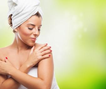 Retrato de una mujer bonita después de un baño